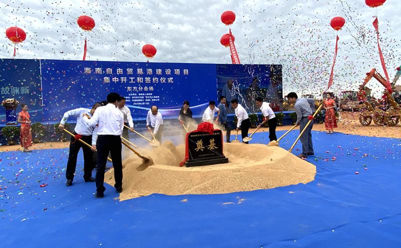 东方市委市政府领导与我公司项目负责人为开工仪式奠基-小.jpg